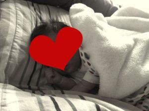 Pas d'oreiller ni de couverture pour un couchage sécurisé... Bébé était sous haute surveillance ce jour là ;)