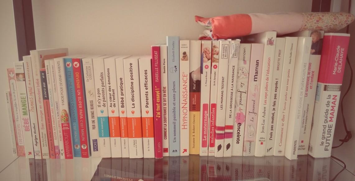 """Ma petite bibliothèque ..et il en manque ! (Mes 2 livres sur l'allaitement, celui sur l'accouchement, les 300 questions/réponses sur la grossesse et """"Bébé dit moi qui tu es"""".. Je prête, je diffuse :)"""
